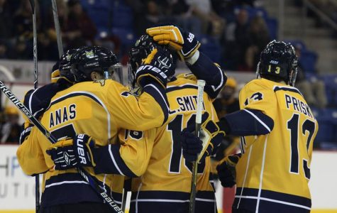 Men's hockey blanks Arizona State 5-0
